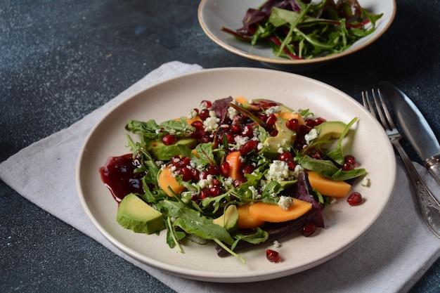 하얀 접시에 건강한 샐러드 감, 블루 치즈, 시금치, 아루굴라, 양상추 잎