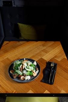 Здоровая салатная тарелка. рецепт свежих морепродуктов. жареные креветки и салат из свежих овощей и яйцо. креветки на гриле. здоровая пища. плоская планировка. вид сверху
