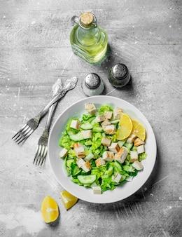 Здоровый салат. салат с огурцами, курицей и пекинской капустой залит лимонным соком. по деревенскому.