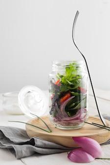 Una sana insalata in vaso trasparente disposizione