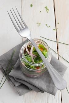 Insalata sana nella composizione in vaso trasparente