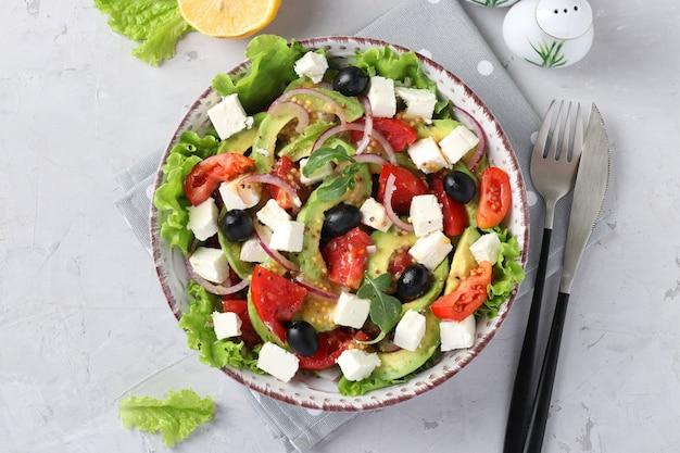 Полезный салат с авокадо, помидорами, сыром фета, маслинами и красным луком