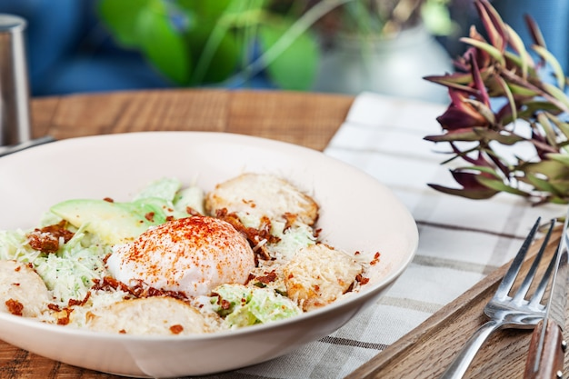 Полезный салат с запеченной куриной грудкой, яйцом пашот, салатом, сыром, авокадо