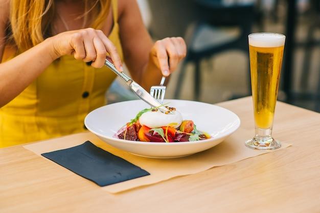 Полезный салат с сыром буррата, салатом из рукколы и свеклой