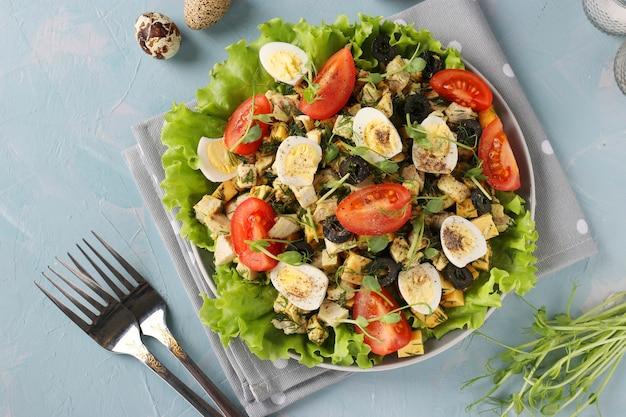 Полезный салат с курицей, помидорами черри, перепелиными яйцами, маслинами и микрозеленью