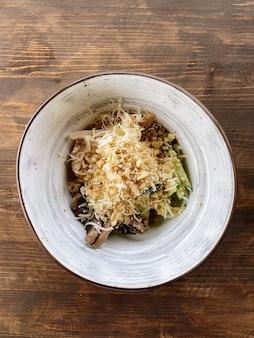 닭고기, 버섯, 호두를 곁들인 건강한 샐러드