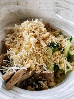 닭고기, 버섯, 호두를 곁들인 건강 샐러드