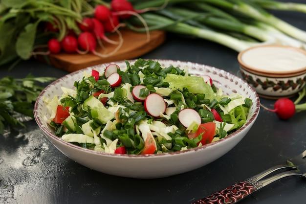 新鮮な野菜のヘルシーサラダ:大根、きゅうり、ねぎ、ディル、パセリ、トマト、キャベツ、ほうれん草の水平写真