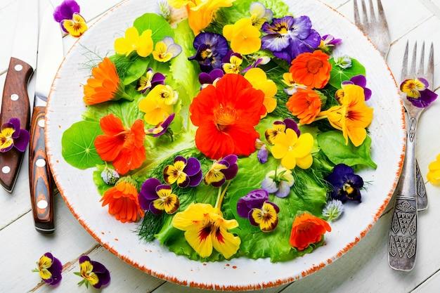녹색 양상추와 식용 꽃을 곁들인 건강 샐러드. 꽃과 함께 신선한 여름 샐러드