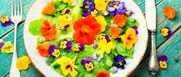 녹색 양상추와 식용 꽃을 곁들인 건강 샐러드