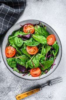 Полезный салат с листьями мангольда, швейцарским мангольдом, шпинатом и рукколой в салатнице