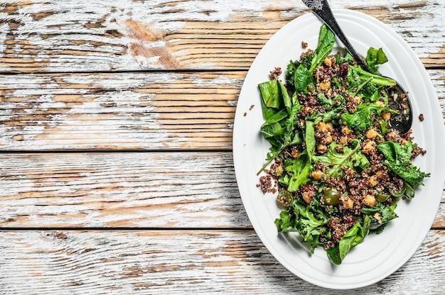 ほうれん草、キヌア、ロースト野菜のヘルシーサラダ。スーパーフード。白色の背景。上面図。スペースをコピーします。