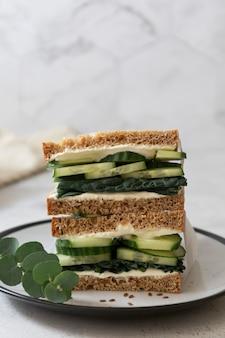 Здоровый бутерброд с огурцом и листьями капусты.