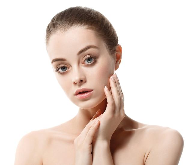Здоровая кожа женщины красоты женский естественный макияж чистый портрет кожи. девушка, касаясь ее лица.