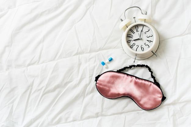 마스크, 알람 및 흰색, 상위 뷰에 약으로 건강한 수면 개념