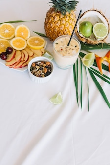 健康なスムージー;テーブルクロス上の果物とドライフルーツ