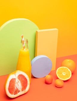 テーブルの上のオレンジとグレープフルーツの健康的なスムージー