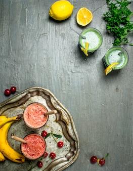 果物やハーブの健康的なスムージー。