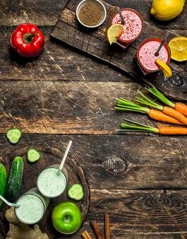果物や野菜を使ったヘルシーなスムージー。