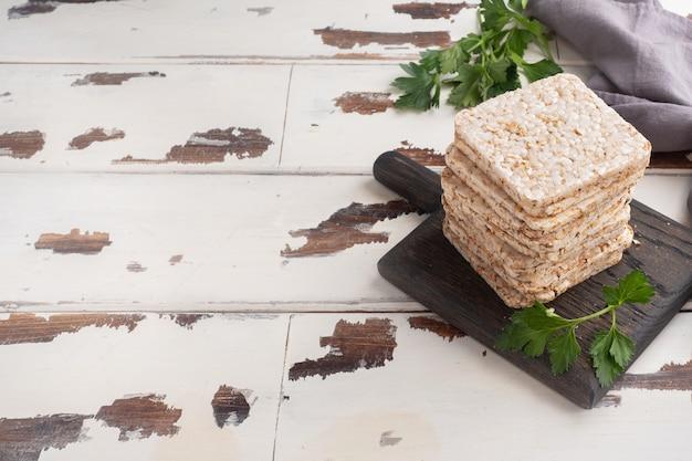 ヘルシースナックパセリの葉を使ったカリカリのクリスプブレッド。木製、