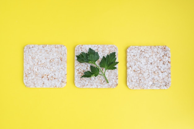ヘルシースナックサクサクのクリスプブレッドと新鮮なパセリの葉