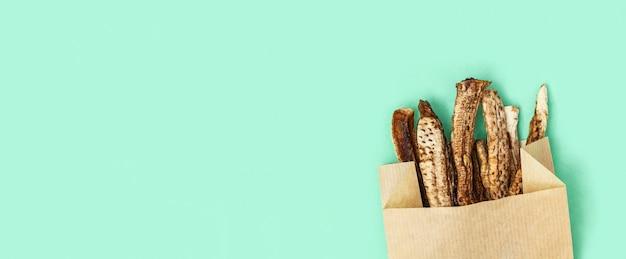 건강한 간식. 패스트 푸드 감자 금으로 종이 패키지에 자연 유기 말린 과일 바나나.