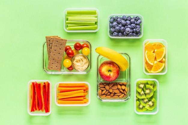 Здоровая закуска на пастельном фоне, вид сверху.