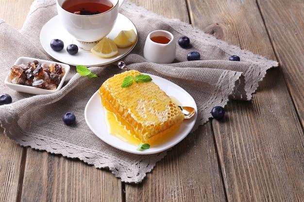 Здоровая закуска со свежим медом на деревянном столе
