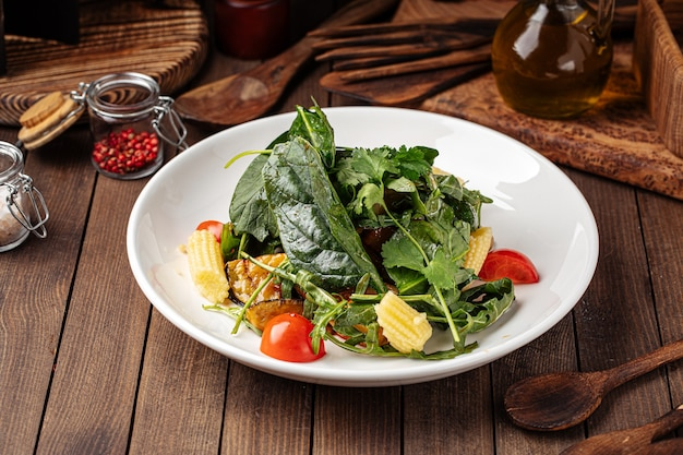 Полезный салат из шпината с баклажанами и молодой кукурузой