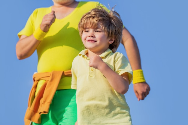 어린이를 위한 건강한 스포츠 활동. 아이들을 위한 스포츠, 활동적인 어린이 달리기. 건강한 가족 개념