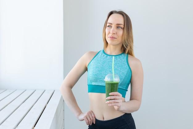 건강, 스포츠, 다이어트 및 사람들 개념-성공적인 피트니스 도시 여성 추천 해독 스무디 프리미엄 사진