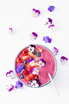 Здоровый летний ягодный коктейль с цветами и цветами чиа