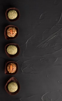 ナッツとドライミントのドライフルーツエネルギーボールから砂糖なしの健康的なお菓子。