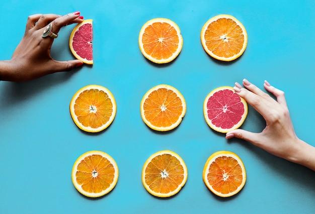 건강에 좋은 맛있는 얇게 썬 감귤류 과일