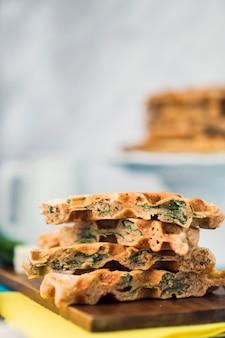 Waffle gustosi sani sul tagliere di legno Foto Gratuite