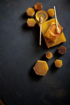 木製のハニースプーンから浸したヘルシーな濃厚なハチミツ、オーガニック天然成分をコンセプトにした蜂製品。