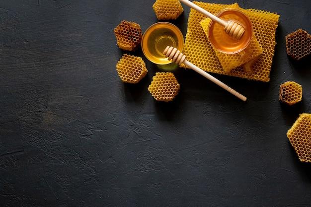 Здоровый густой мед, окунание из деревянной ложки для меда, продукты пчеловодства по концепции органических натуральных ингредиентов.
