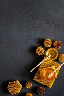건강한 두꺼운 꿀은 나무 꿀 숟가락에서, 유기농 천연 재료 개념에 의한 꿀벌 제품입니다.