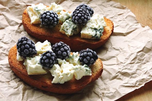 Здоровые тосты с голубым сыром и ежевикой. кето диета. кето закуска.