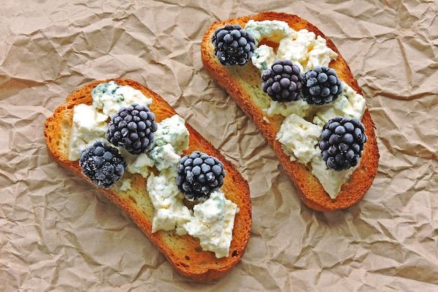 Здоровые тосты с голубым сыром и ежевикой.