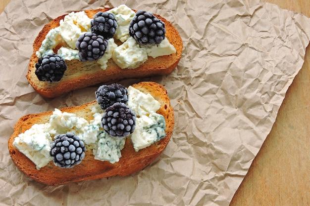 Здоровые тосты со сливочным сыром и ежевикой. сырные ягодные тосты. кето закуска.