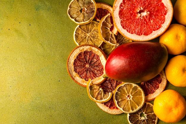 Здоровые тропические фрукты и сушеные ломтики