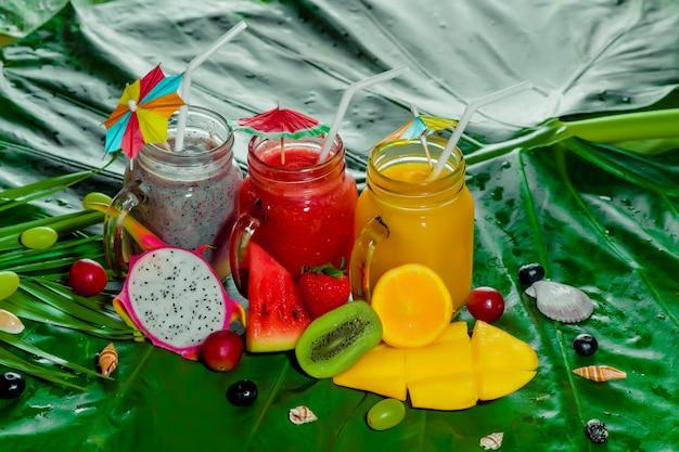 ヘルシーなトロピカルスムージー。新鮮な果物や食材。美しくておいしい。夏の健康気分