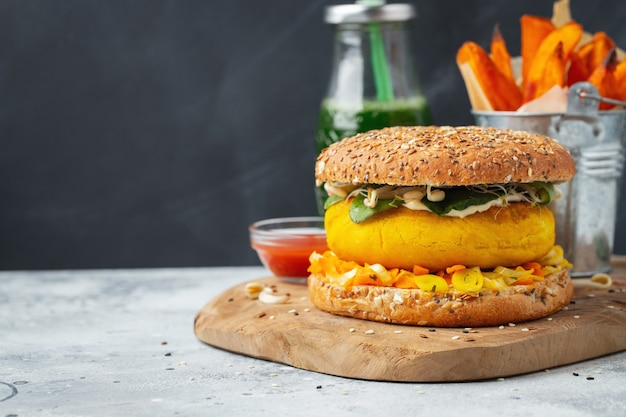 新鮮な野菜を使ったヘルシーなビーガンバーガー。