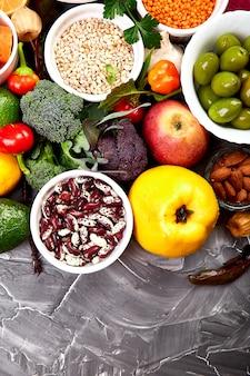 Здоровая веганская еда. ассортимент натуральных продуктов, иммуностимулятор коронавируса