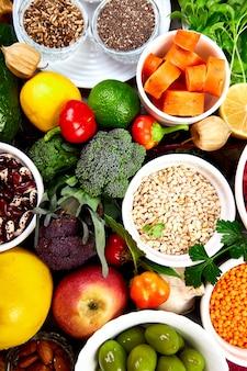 Здоровая веганская еда. ассортимент натуральных продуктов.