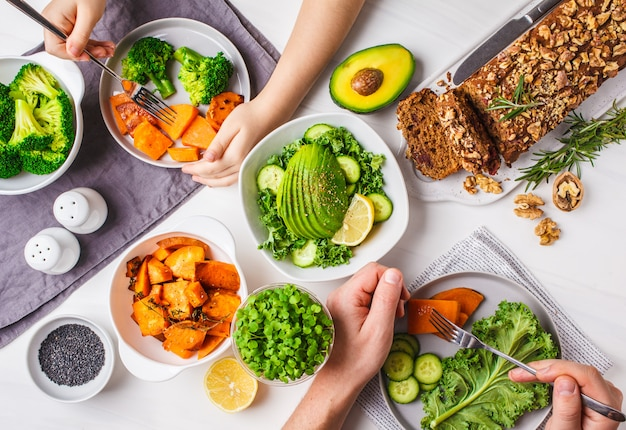 Здоровая веганская еда обед, вид сверху.
