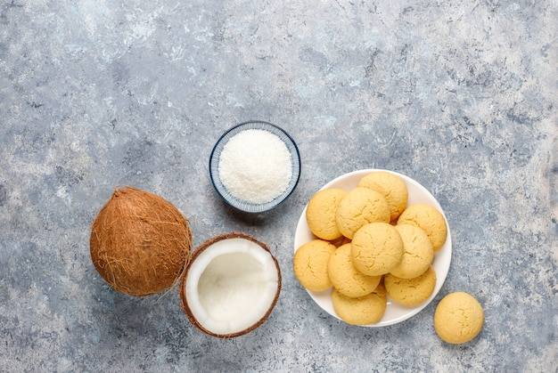 半分のココナッツが入ったヘルシーなビーガン自家製ココナッツクッキー