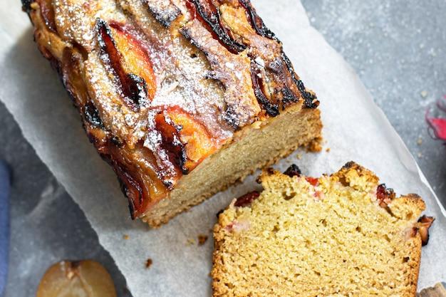 Здоровый веганский деревенский сливовый торт