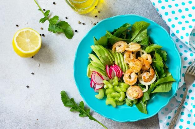 구운 새우 루콜라 무 아보카도 셀러리와 비네 그레트 드레싱의 건강 야채 샐러드